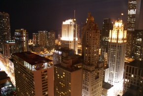http://upload.wikimedia.org/wikipedia/commons/5/5f/Chicago_nightscape,_from_far_above_Michigan_Avenue_at_Rush_Street.jpg